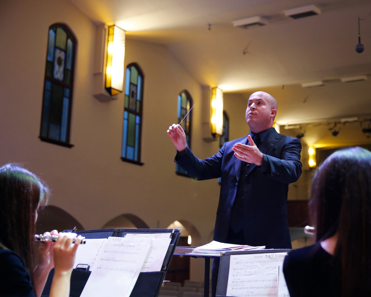Giovanni Santos conducts La Sierra University's Wind Ensemble.