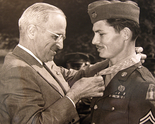 President Harry Truman awards Desmond Doss medal of honor