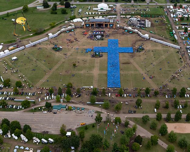 Oshkosh 2019 largest human cross shape in the world